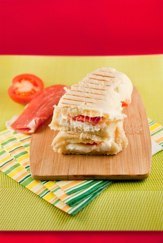 Panini au jambon cru, mozzarella et tomates