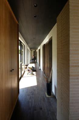 堺市の住宅 / 縁側のある家: 一級建築士事務所アールタイプが手掛けた玄関/廊下/階段です。