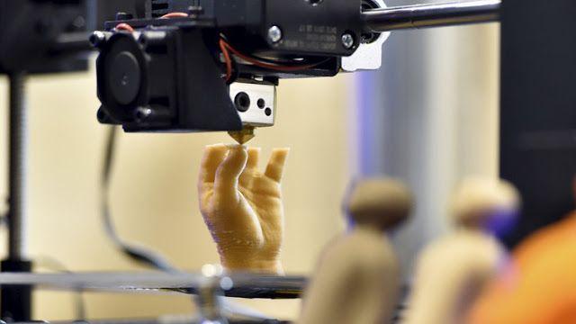 """La toxicidad el """"lado oscuro"""" de la de impresión en 3D   Una impresora 3D produciendo una mano artificial / Reuters / Eric Vidal  Relativamente barata y muy útil la impresión 3D puede producir prácticamente cualquier elemento desde juguetes hasta implantes humanos y medicamentos. Sin embargo una reciente investigación muestra que esta revolucionaria tecnología que se postula como una herramienta de trabajo recurrente en nuestro futuro podría tener un 'lado oscuro' relacionado con la…"""