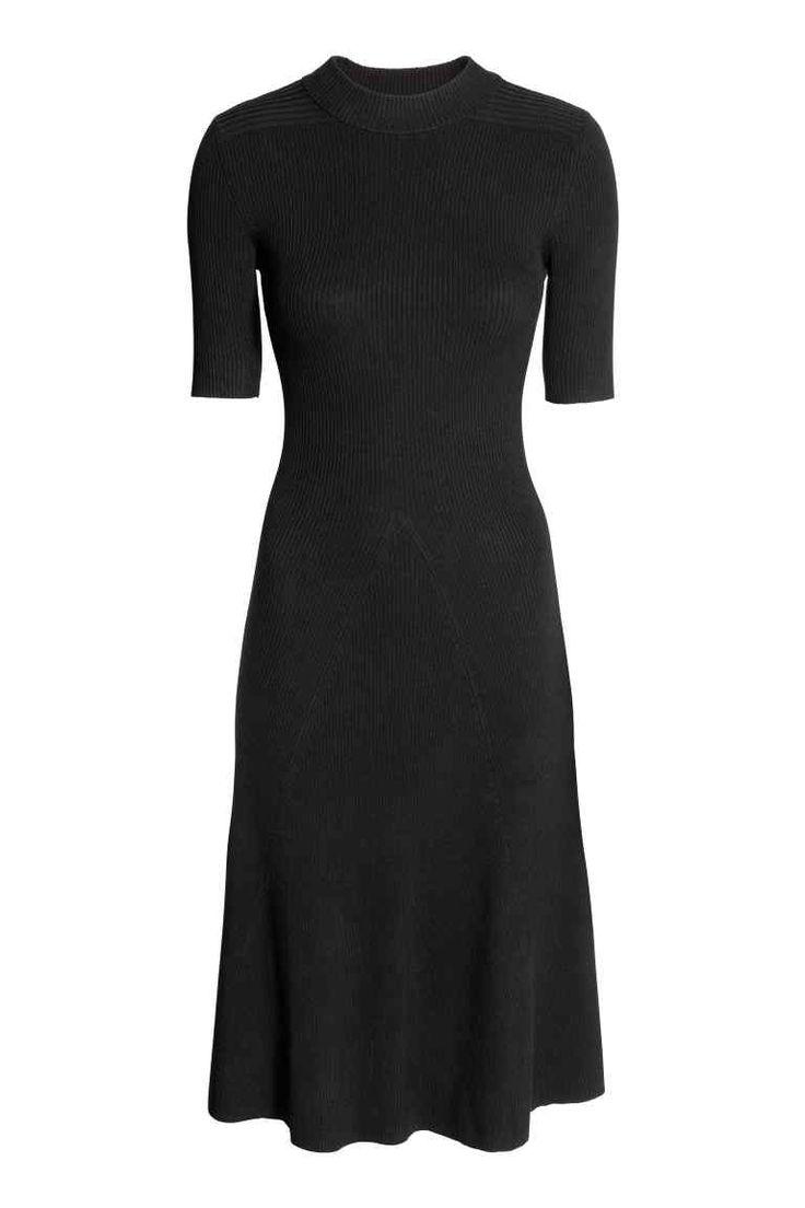 Sukienka w prążki: Dzianinowa sukienka w prążki z mieszanki zawierającej wiskozę. Krótki rękaw, dopasowana góra i rozszerzany dół do kolan.