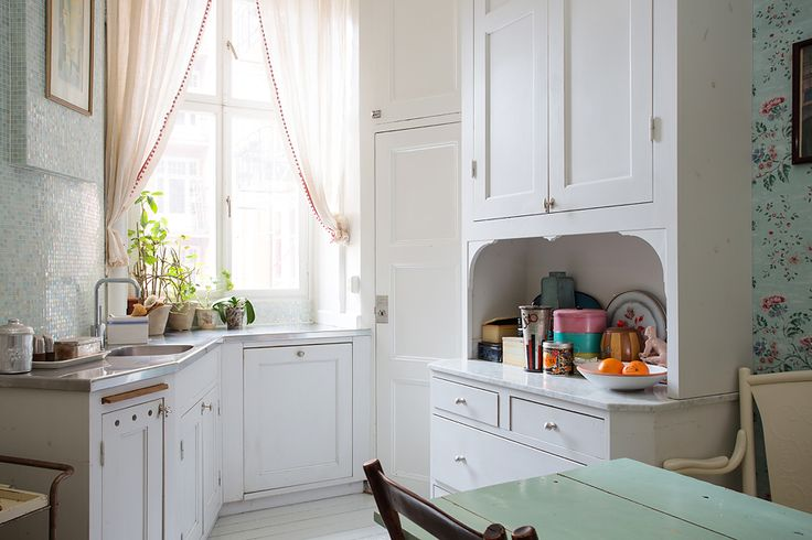 This decor is too pastel for me, but I really like this layout. And that WINDOW! ♥