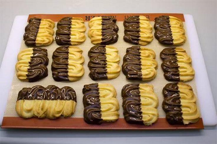 Desertul copilăriei mele, biscuiții șprițați cu ciocolată au fost și vor rămâne cel mai bun dulce servit cu o ceașcă de ceai sau cafea. INGREDIENTE (pentru 20 de biscuiți): -110 gr de unt foarte moale; -50 gr de zahăr pudră; -1 albuș; -150 gr de făină; -un praf de sare; -200 gr de ciocolată. MOD DE PREPARARE: 1.Setați cuptorul la 180°C. 2.Bateți untul cu zahărul pudră, până obțineți o cremă omogenă. 3.Adăugați făina, sarea, apoi albușul. 4.Amestecați bine aluatul cu un tel. 5.Puneți aluatul…