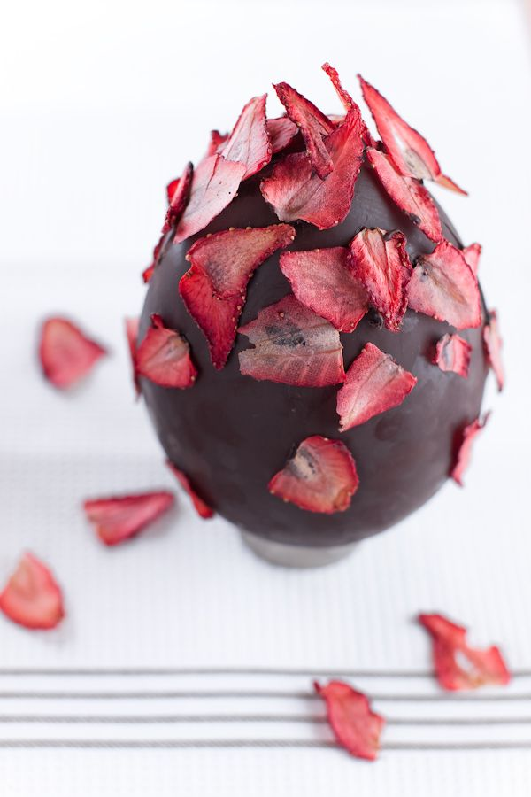 Best 25 easter chocolate ideas on pinterest chocolate easter huevo de pascua de chocolate von fresas easter chocolate egg with strawberries negle Images
