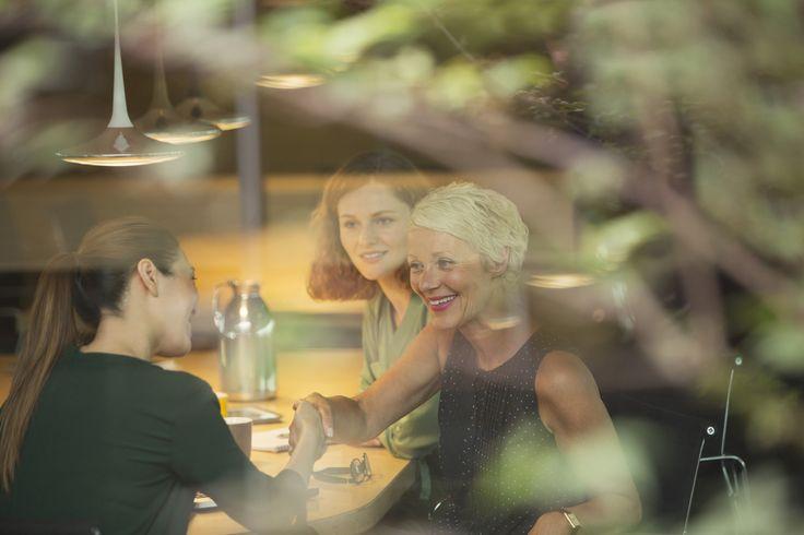 W jadalni słychać śmiech i rozmowy. Patrzę na siedzące przy stole kobiety. Mają piękne twarze. Makijaż, uśmiech. I tak niewiele nas różni... #forherPolska