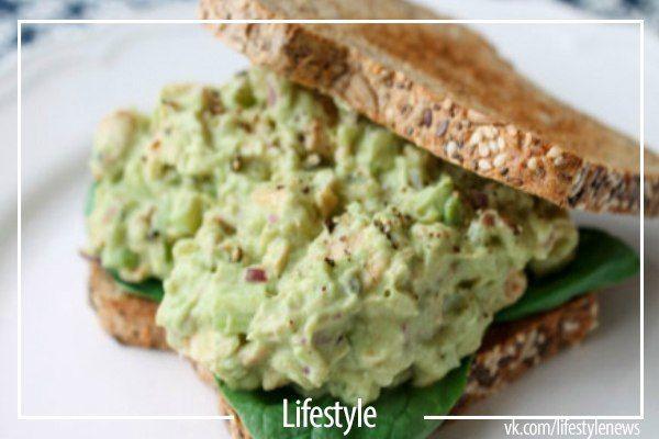 Салат с авокадо и курицей: очень сытно и вкусно!  Ингредиенты:  - 1 спелый авокадо  - ½ лимона  - 1 ст.л. нежирного йогурта  - 2 стебля сельдерея  - ¼ красного репчатого лука  - 1 куриная грудка   Приготовление:   1. Очистите авокадо, сбрызните авокадо соком лимона и добавьте йогурт, сделайте пюре вилкой.  2. Измельчите сельдерей, лук и отваренную курицу.  3. Все смешайте! Салат готов! Его можно подавать просто так или использовать в качестве заправки для бутербродов.