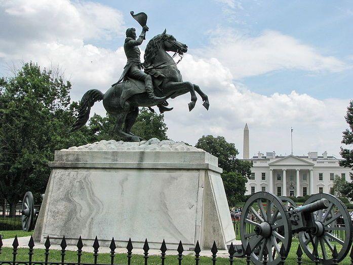 Эндрю Джексон 7-й президентов США (портрет Джексона можно увидеть на 20-долларовой купюре)  Памятник президенту Эндрю Джексону в Вашингтоне был создан в 1852 году и стал первой в мире конной статуей, имеющей две точки опоры. Генерал Джексон изображен на вздыбленном коне во время боя за Новый Орлеан. На постаменте высечены слова OUR FEDERAL UNION IT MUST BE PRESERVED – «Наш федеральный союз должен быть сохранен». Вокруг памятника установлены 4 пушки XIX века.