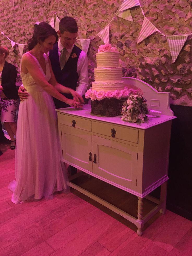 Cutting of the cake #barns #granaryestates #barnweddings #weddingcake