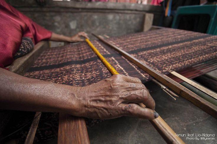 Sedang menenun... ( dalam bahasa setempat di sebu SEDA )