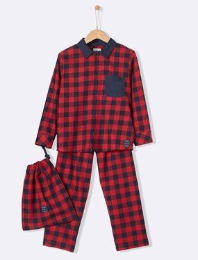 Recto-verso, les carreaux chahutent le traditionnel pyjama grand-père et jouent sur les contrastes.   Détails Petit col. Ouverture boutonnée. Poche poitrine contrastée. Pantalon avec taille élastiquée. Poche arrière contrastée. Livré dans un pochon assorti.  Matière  Popeline 100% coton.;
