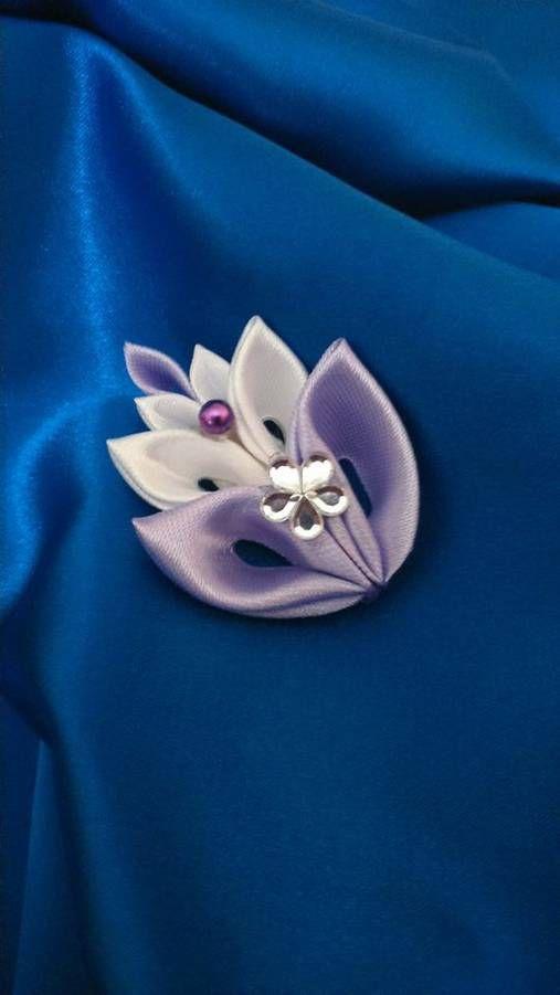 Pierko je zo saténových stužiek, doplnené kamienkovým kvietkom a fialovou perličkou, je možné kombinovať viaceré farby, vzadu je zapínací špendlík s poistkou pre lepšie upevnenie...