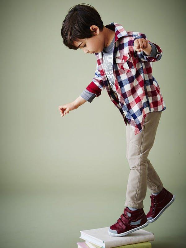 Look pour petit garçon : chemise à carreaux bucheron, t-shirt à motifs, pantalon beige, baskets hautes scratchées en cuir - Vertbaudet
