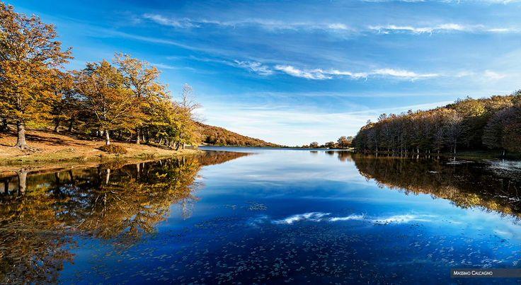 Sulle rive del Lago #Maulazzo nel cuore del Parco dei #Nebrodi ph Massimo Calcagno #foliageinItaly #visitsicilyinfo
