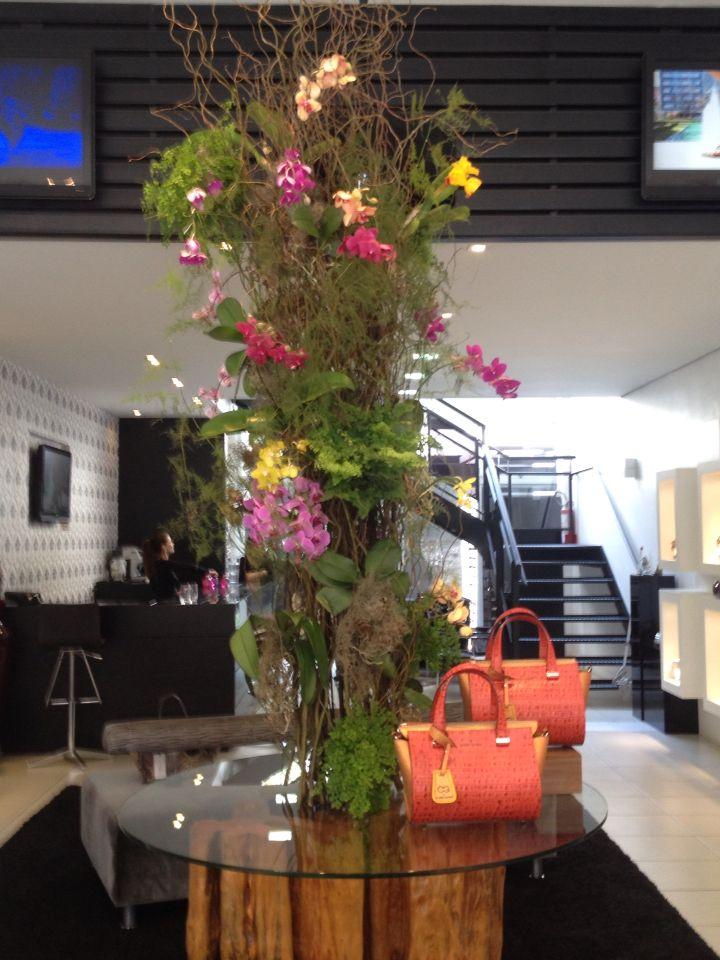 Estrutura aramada de vimi e orquídeas!  Flores em loja de calçados e bolsas.