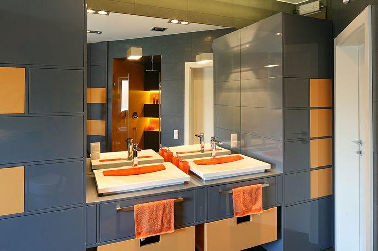 Łazienka synów stanowi praktycznie osobny projekt. Całkowicie oderwana od reszty wnętrza jest wesołą, kolorową enklawę dwójki młodych ludzi. Fot. Bartosz Jarosz.