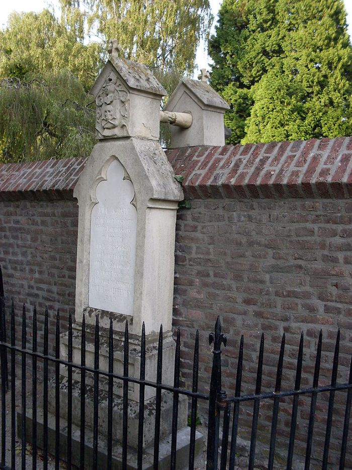 AMAZING PIKCHAZ | WTF?: TWO TOMBSTONES Separated by WALL and RELIGION , TOGETHER AS ONE...
