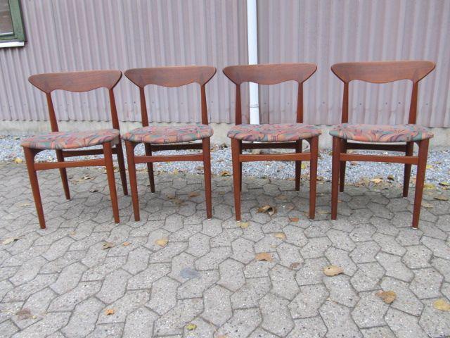4 stk. stole i teaktræ fra Sorø stolefabrik. Design: Henning Kjærnulf.  Se dem til salg på www.retrosiden.dk