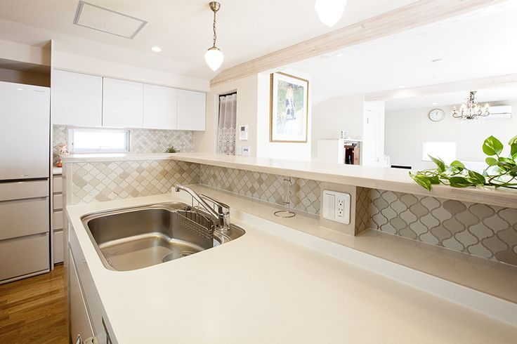キッチン天板上モザイクタイル張り。|キッチン|インテリア|カウンター|タイル|おしゃれ|壁面収納|ウッド|かわいい|リフォーム|ペンダントライト|