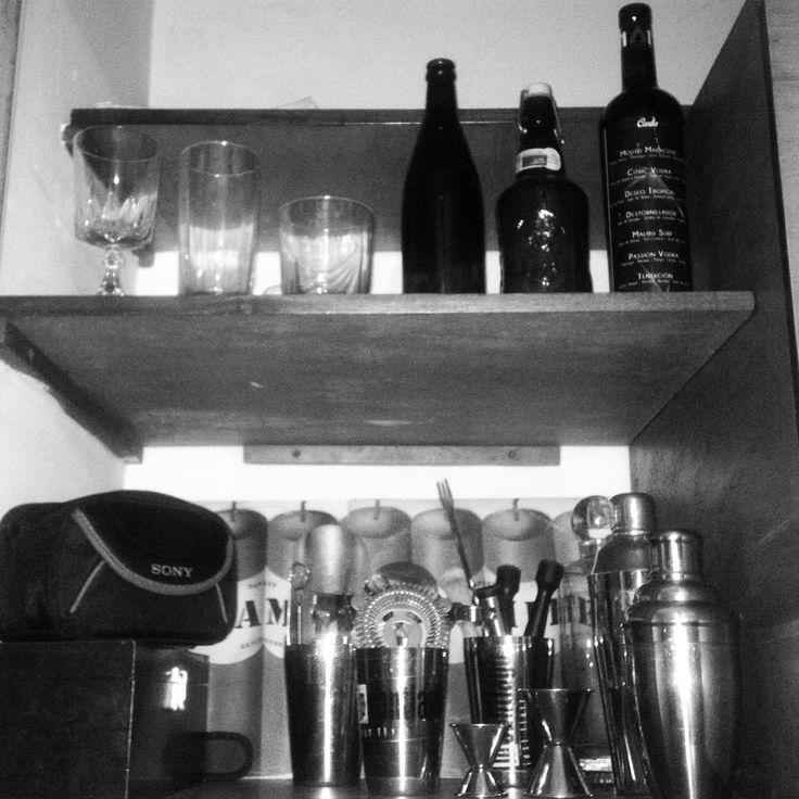 Cuando me preguntaron la primera vez que me entrevistaron en radio como me di cuenta que quería ser #bartender pues les dije que en mi closet solo hay instrumentos de bares. Las cremas y maquillajes están guardados para usarlas en sus momentos. Pero mis utensilios están siempre al alcance de mi mano y de mi vista. Para recordarme que queda mucho por aprender y Mucho por adquirir. Qué wuedan esfuerzos por dar y que debo mantenerme en constante entrenamiento. Haberme convertido en #bartender…