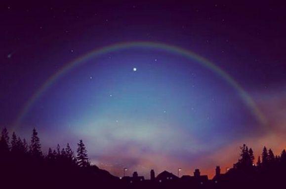 """夜空に広がる幻の虹!見ると願いが叶う""""ルナレインボー""""が美しすぎる"""