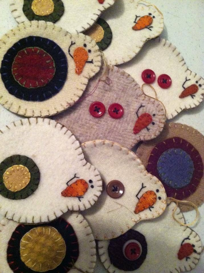 Cute snowmen ornaments. No pattern just pinning for an idea. I want to make some of these!