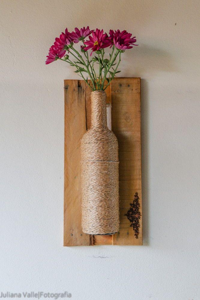 Vaso decorativo impermeável feito de garrafa, em moldura de caixa de feira.