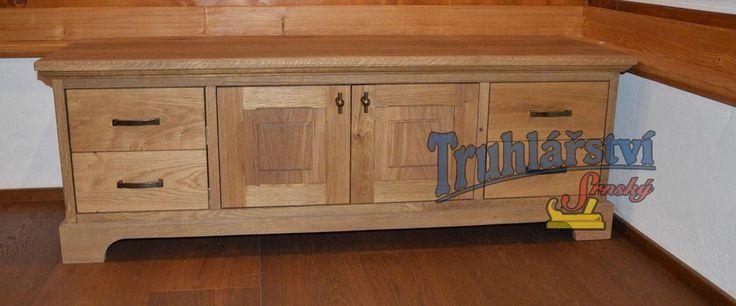 TV stolek, dubové dřevo. Drásaná, chemicky zbarvená, nátěr olejem.