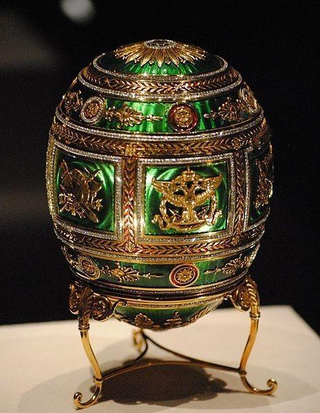 L'uovo commemora il centenario della Battaglia di Borodino durante l'invasione della Russia di Napoleone del 1812.  L'uovo è coperto di smalto traslucido verde smeraldo su fondo ghiglioscè e da decorazioni d'oro in un opulento stile neoclassico:[3] un motivo di rami d'alloro su fasce di smalto rosso, contornate da file di diamanti a taglio rosetta, divide il guscio orizzontalmente e nella parte mediana più ampia, verticalmente in sei pannelli con al centro aquile bicipiti e trofei di…