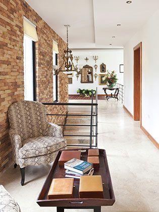 La arquitectura moderna, de líneas rectas con toques de ladrillo visto, se funde en un eclecticismo impresionante con la decoración lograda.  Foto: Chris Falcony  CLAVE! 45