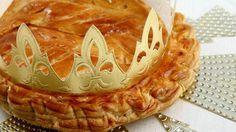 """Driekoningentaart: Een (drie)koningentaart is een taart die gebakken wordt naar aanleiding van het driekoningenfeest op 6 januari . In de frangipane-taart wordt een voorwerp (een boon, muntstuk, een porseleinen beeldje...) verstopt en de persoon die het terugvindt in zijn stuk taart is die dag """"koning(in)"""" en mag een kroon dragen."""