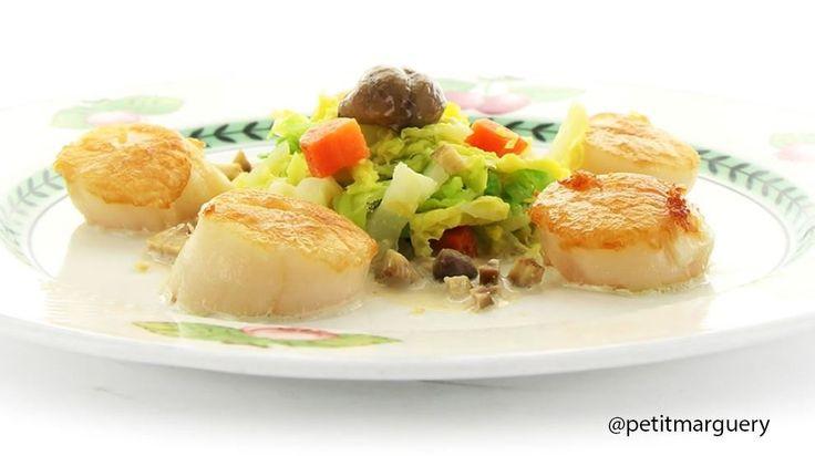 «Noix de Saint-Jacques poêlées, Compotée de Chou vert et Châtaignes, Sauce Vin Blanc» du Chef Stéphane MANGIN, du restaurant parisien AU PETIT MARGUERY Rive-Droite, recette créée à l'occasion de la Quinzaine Gourmande des #RestoPARTNER's.  Recette téléchargeable sur : http://petitmarguery-rivedroite.com/index.php/gastronomie/recettes-du-chef #recettedechef #quinzainegourmande #aupetitmargueryrivedroite