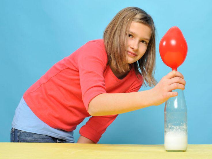 Kann Ihr Kind einen Luftballon aufblasen, ohne hineinzupusten? Geht das überhaupt? Probieren Sie unser Experiment gemeinsam aus!