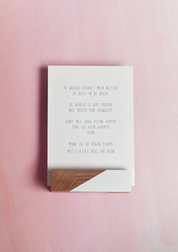 Gedichtje over geboorte/voor een pas geboren kindje.  Verkrijgbaar op verschillende formaten. De ansichtkaart kan direct op de bus, de andere formaten hebben een blanco achterkant.  De kaarten en prenten zijn geschikt om (zelf) in te lijsten. Aan de muur hangen op een klembord of met een klemmetje kan natuurlijk ook!  Gedrukt op een 300 grams duurzaam papiersoort met het FSC-keurmerk.