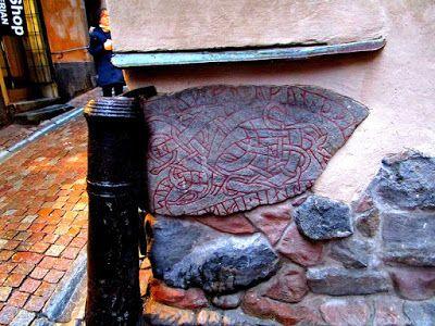 Matkojeni blogi: Prästgatan ja Kåkbrinken kulmilla, vanhassa kaupungissa riimukiviä, töhryä ja päällekirjoitusta