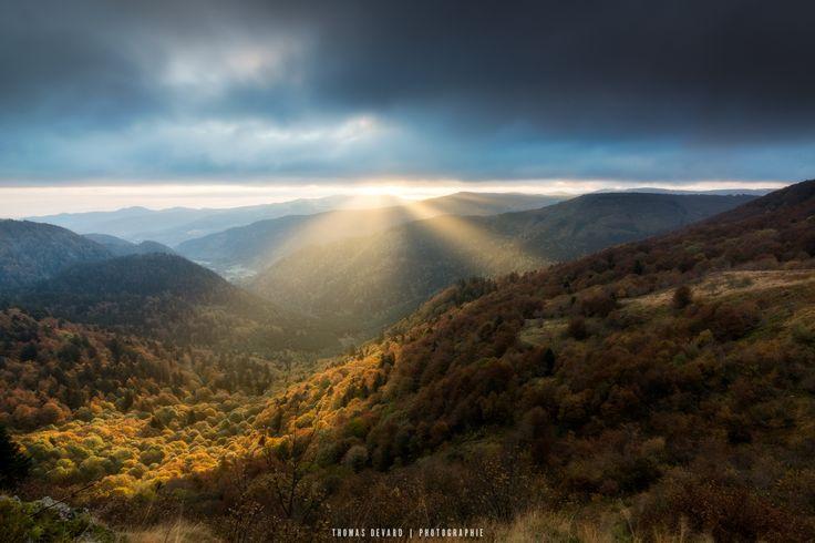 Cloudy sunrise - Lever de soleil au Rothenbachkopf dans les vosges. Le soleil perce les nuages pendant quelques minutes avant de disparaître dans la brûme.