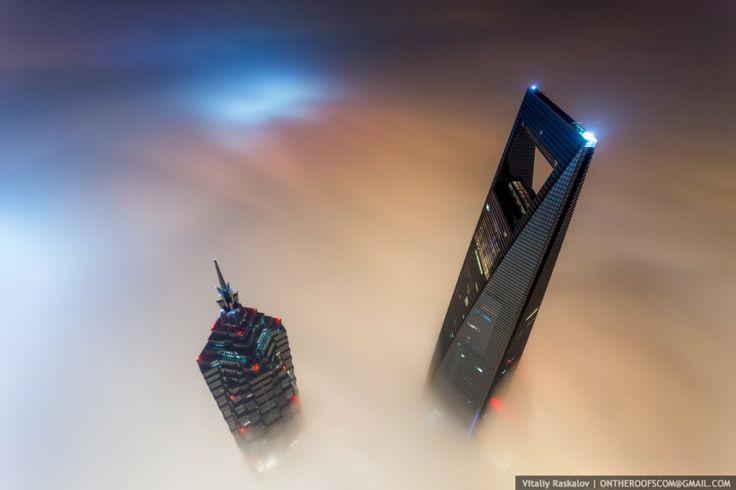 """Шанхайская башня. Как только этих ребят не называют в интернете – стальные яйца, отчаянные ребята, титановые мужики…. Парочка raskalov_vit и dedmaxopka – это известные  блоггеры фотографы, которые """"гремят по интернету """" своими пугающими фотографиями с самых высоких зданияй мира."""