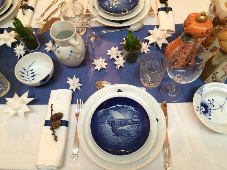 Dækket med juleplatte, hvid riflet og blå mega mussel fra Royal Copenhagen.