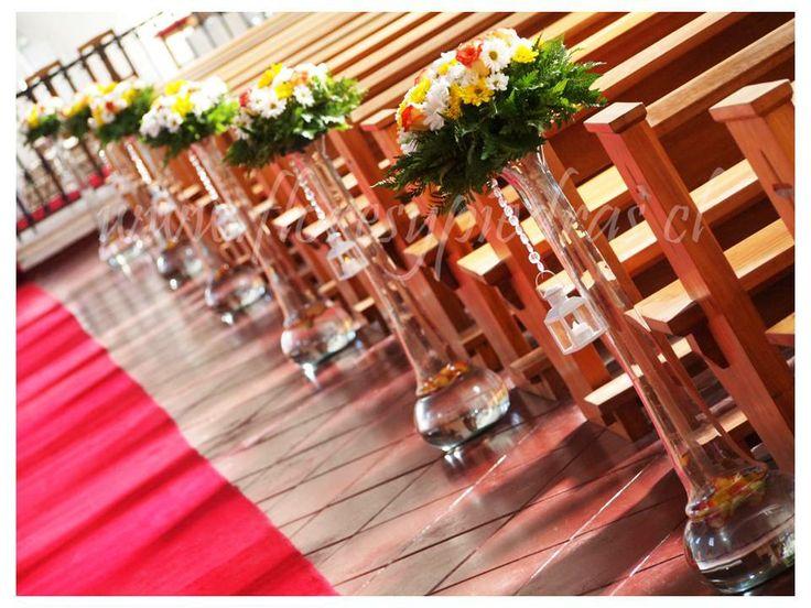 Decoración para el pasillo de la iglesia en floreros altos Diseño Flores y Piedras www.floresypiedras.cl