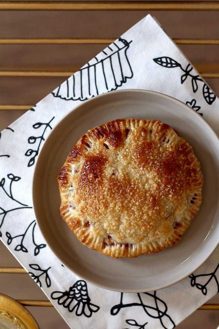Je kunt ze appelbeignets uit de oven noemen, maar eigenlijk zijn dit meer appel-bladerdeegtaartjes. Extreem simpel, dus ideaal als je onverwachts visite hebt. Verhit de oven op 200 graden. Haal 8 plak