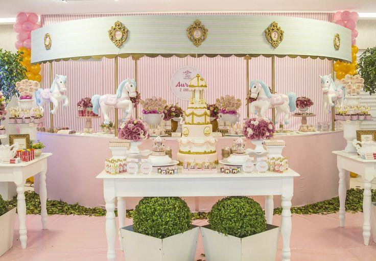 Linda festa de carrossel montada com uma mesa especial para o tema =)