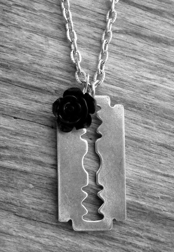 Razorblade plata y negro collar de rosa hoja de por InkandRoses13