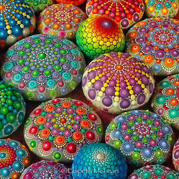 De Australische Elspeth McLean zoekt perfecte ronde stenen en beschildert ze met honderden kleine stippen. Ze transformeert de grijze stenen in kleurige mandala's. Voor haar is het een manier om rust in haar leven te brengen, sinds 2006 richt ze zich volledig op haar kunstwerken. De haast perfecte patronen werken magnetiserend, door de bijzondere techniekkrijgen de stippen een driedimensionale uitstraling. Stip voor stip, steen voor steen, heerlijk om je hoofd leeg te kunnen maken en…
