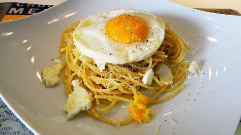 Gli Spaghetti d'o Puveriello (o anche detti Spaghetti alla Poverella) è un piatto tipico della cucina popolare napoletana preparato con uova e spaghetti