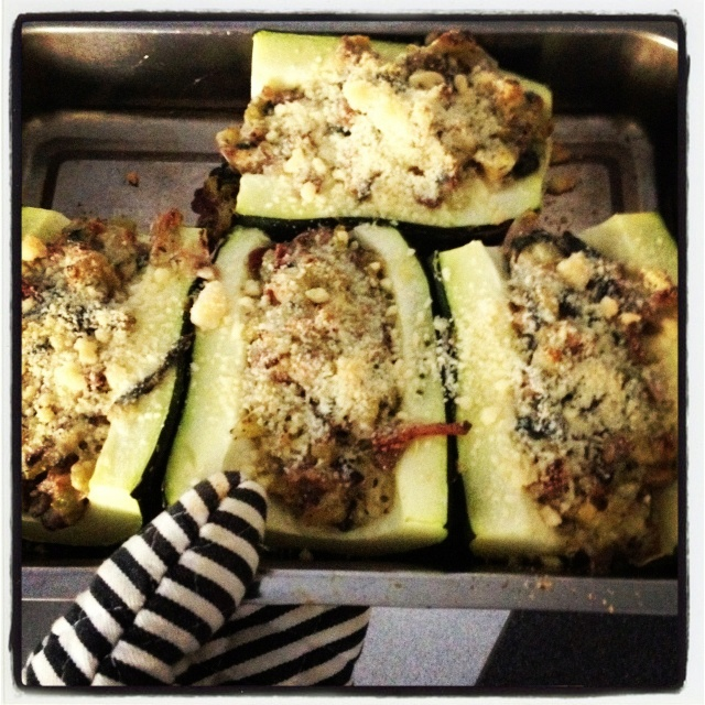 Mushroom and bacon stuffed zucchini with parmesan cheese. Yummy and ...
