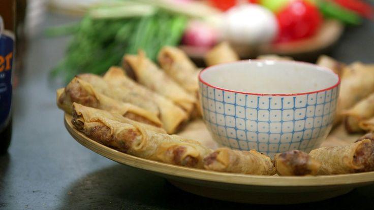 Thailandske vårruller som skal friteres i olje og serveres med dipp.