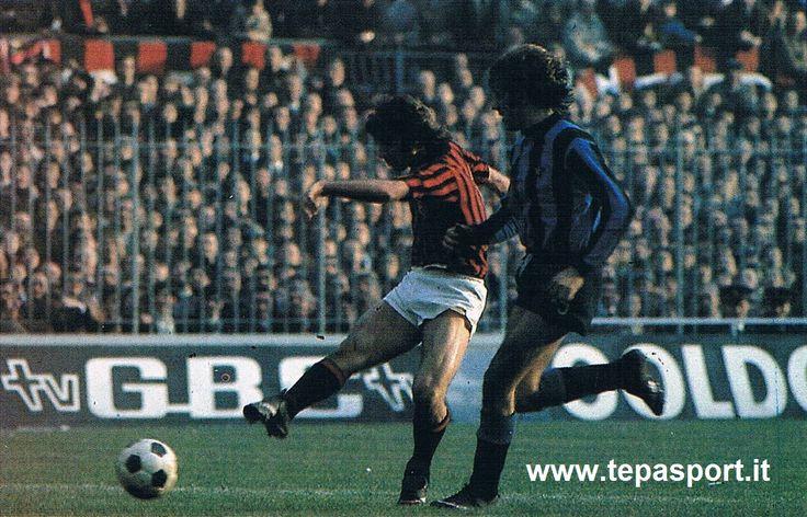 Milan AC - F.C. Internazionale 3-2 Prati contrastato da Bellugi ...  C'ero anch'io ... http://www.tepasport.it/ Made in Italy dal 1952