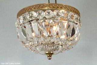 Plafonniere met kristallen 26402 bij Van der Lans Antiek. Meer kristallen lampen…