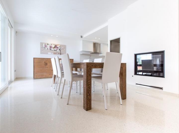 Bílá podlaha z microterrazza s vysokým leskem do jídelny. / White micoroterrazzo flooring with high gloss.  http://www.bocapraha.cz/cs/produkt/1060/lixio/