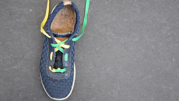 Løbesko og gummisko kan snøres på utallige måder, og har du for eksempel hammertæer, høj vrist eller problemer med, at hælen hopper i skoen, kan en rigtig snøring afhjælpe dit problem. Forskere på universitetet i Duisburg-Essen undersøgte i 2008 snøringen af løbesko og konkluderede, at korrekt snøring, hvor der blev taget hensyn til din fods anatomi, ikke bare mindskede fodsmerter, men også gav langt bedre løberesultater. Samvirke viser dig, hvordan du fletter snørebåndene.