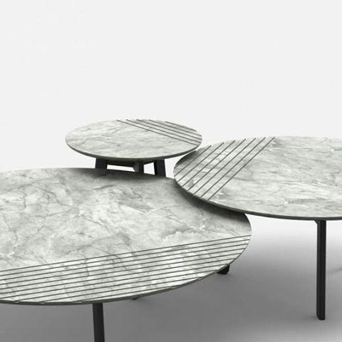 lain Gilles, designer belga, criou uma série de mesas redondas e baixa para o projeto publisher é Wolf. O mármore ou madeira maciça topos são encaixados e, assim, conferir uma mesas gráficas estéticos.