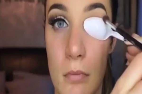 Sok nő nem ismeri ezt a trükköt: tégy egy kanalat a szemedre és kezdj el…